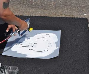 Asphalt paint for painting in stencils and lines